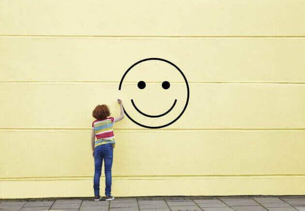 Femme dessinant visage heureux